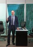 Portret van zakenmankostuum in bureau Royalty-vrije Stock Afbeelding