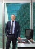 Portret van zakenmankostuum in bureau Royalty-vrije Stock Afbeeldingen