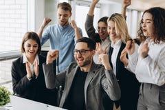 Portret van zeer gelukkig succesvol expressief gesturing commercieel team op kantoor royalty-vrije stock afbeelding