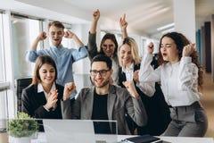 Portret van zeer gelukkig succesvol expressief gesturing commercieel team op kantoor stock foto