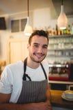 Portret van zekere barista bij cafetaria royalty-vrije stock foto