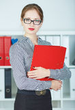 Portret van zekere bedrijfsvrouw die camera met documentgeval bekijken in handen Stock Afbeeldingen
