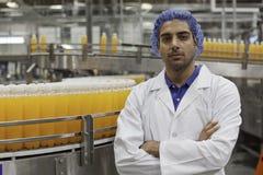 Portret van zekere fabrieksarbeider status met gekruiste wapens Royalty-vrije Stock Foto's