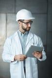 Portret van zekere jonge ingenieur met tablet Stock Foto's