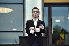 Portret van zekere succesvolle bedrijfsdame Stock Foto's