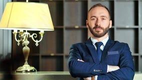 Portret van zekere succesvolle mannelijke zakenman in kostuum en band met gekruiste handen stock video