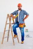Portret van zekere voorman, beroeps dichtbij ladder royalty-vrije stock afbeelding