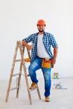 Portret van zekere voorman, beroeps dichtbij ladder royalty-vrije stock foto's