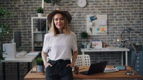 Portret van zekere vrouwelijke ondernemer status in bureau het alleen glimlachen stock videobeelden