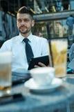 Portret van zekere zakenman in koffie in openlucht Stock Afbeelding