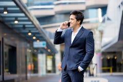 Portret van zekere zakenman met mobiele telefoon in openlucht Stock Foto