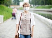 Portret van zieke vrouw die beschermend masker dragen tegen besmettelijk royalty-vrije stock afbeeldingen
