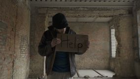 Portret van zieke vuile daklozen met lijst` hulp ` stock videobeelden