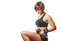 Portret van zitting en de holding van de roodharige de jonge vrouwelijke atleet dum Stock Fotografie