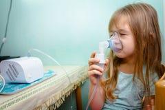 Portret van zoet meisje die een inhaleertoestel met behulp van Royalty-vrije Stock Fotografie