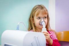 Portret van zoet meisje die een inhaleertoestel met behulp van Royalty-vrije Stock Foto