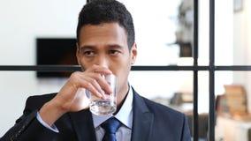 Portret van Zwarte Zakenman Drinking Water stock afbeelding
