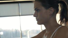 Portret vermoeide fitness vrouw die na duurzaamheid opleiding in sportclub rusten stock video