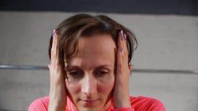 Portret volwassen vrouw wat betreft gezicht door handen terwijl hoofdpijn Donkerbruine vrouw wat betreft pijnlijke ogen en hoofd  stock footage