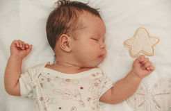 Portret wśliznąć lekarstwo dziewczynki na dzieciach bieliźnianych Fotografia Stock
