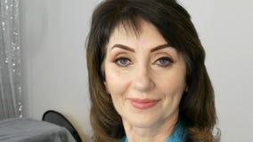 Portret w średnim wieku dorosła kobieta z pięknym makijażem w piękno salonie zbiory