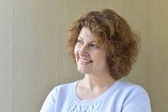 Portret w średnim wieku kobieta z kędzierzawym włosy Zdjęcie Stock