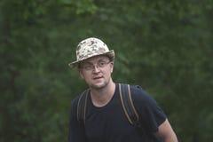 Portret w średnim wieku mężczyzna w kapeluszu z plecakiem na th i obrazy stock