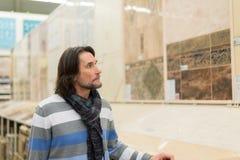 Portret w średnim wieku mężczyzna w sklepu materiałach budowlanych Obraz Stock