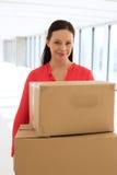 Portret w połowie dorosli bizneswomanu przewożenia kartony w nowym biurze Zdjęcia Royalty Free