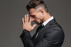 Portret w profilu poważny brunetka mężczyzna 30s w czarnym kostiumu st Zdjęcia Stock