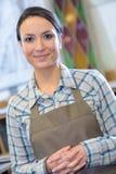 Portret w średnim wieku kobieta jest ubranym fartucha Zdjęcie Stock