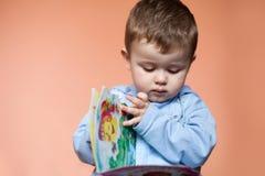Portret weinig jongen met een boek stock fotografie