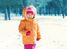 Portret weinig kind die weg in de winterdag kijken Royalty-vrije Stock Foto's