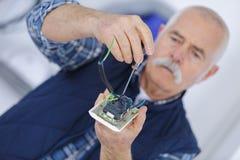 Portret wentylaci elektryka budowniczego starszy dorosły inżynier fotografia royalty free