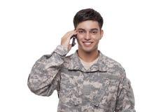 Portret wojsko weteran opowiada na telefonie Zdjęcia Royalty Free
