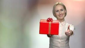 Portret wręcza prezenta pudełko kobieta zdjęcie wideo