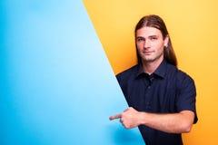 Portret wskazuje diagonalny kartonowy puste miejsce mężczyzna zdjęcie royalty free