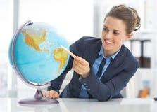 Portret wskazuje na ziemskiej kuli ziemskiej biznesowa kobieta Fotografia Stock