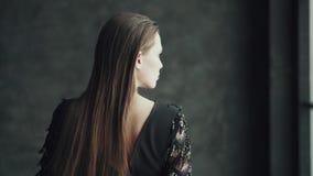 Portret wspaniała dziewczyna z świątecznym makijażem młoda kobieta z jaskrawym pojawieniem pozuje kamerę i patrzeje zdjęcie wideo