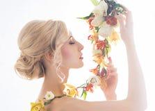 Portret wspaniała, młoda panna młoda z kwiatami, Zdjęcia Royalty Free