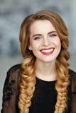 Portret wspaniała piękna dziewczyna z jaskrawym makeup w bla Obrazy Stock