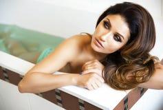 Portret wspaniały brunetki damy kąpanie. Zdjęcia Stock