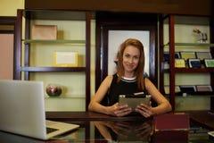 Portret wspaniały kobieta konsultant używa dotyka laptop i ochraniacza dla pracy w moda sklepie podczas gdy stojący obraz royalty free