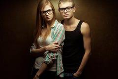 Portret wspaniali miedzianowłosi moda bliźniacy w przypadkowych koszula Zdjęcia Royalty Free