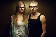 Portret wspaniali miedzianowłosi moda bliźniacy w przypadkowych koszula Fotografia Stock