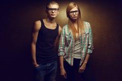 Portret wspaniali miedzianowłosi moda bliźniacy w przypadkowym (imbiru) Obraz Stock