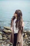 Portret wyśmienita piękna młoda dziewczyna w czerwonej bluzce kawaler Zdjęcia Stock