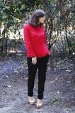 Portret wyśmienita piękna młoda dziewczyna w czerwonej bluzce kawaler Zdjęcie Royalty Free