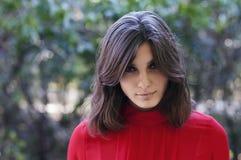 Portret wyśmienita piękna młoda dziewczyna w czerwonej bluzce kawaler Zdjęcie Stock