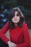 Portret wyśmienita piękna młoda dziewczyna w czerwonej bluzce kawaler Obraz Stock